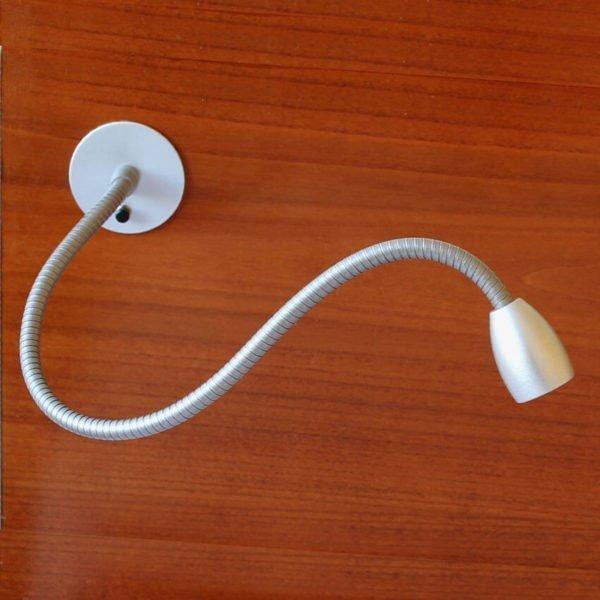 leeslamp led met flexibel en schakelaar op het hoofdeinde van het bed gemonteerd