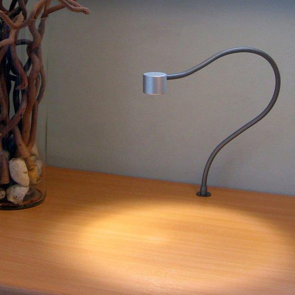 leeslamp met flexibel zonder schakelaar op bureau gemonteerd