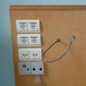 leeslamp met flexibel naast stopcontacten