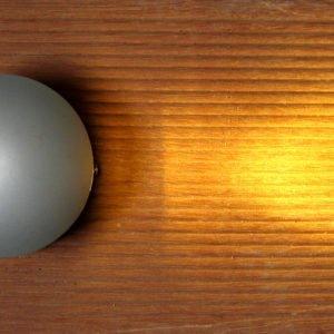 LED accent verlichting opbouw voor buiten XBEAM. De licht uitstraling is aan één zijde, op houten terras