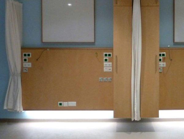 ziekenhuiskamer met leeslamp met flexibel