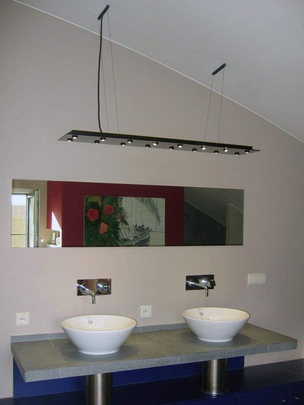 hanglamp led met richtbare verlichting in badkamer