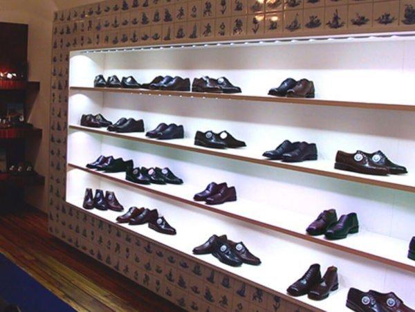 led profiel verlichting ingebouwd in op maat gemaakte lange kast in een schoenen winkel