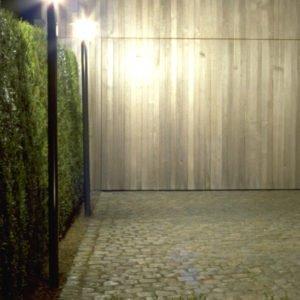 tuinverlichting van twee meter hoogte met reflector om oprit naar garage te verlichting