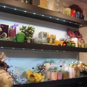 led profiel ingebouwd in de legplanken van een bloemenwinkel
