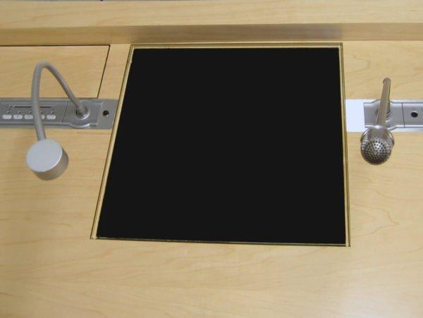 led leeslamp led met flexibel en microfoon ingebouwd in een conferentie tafel