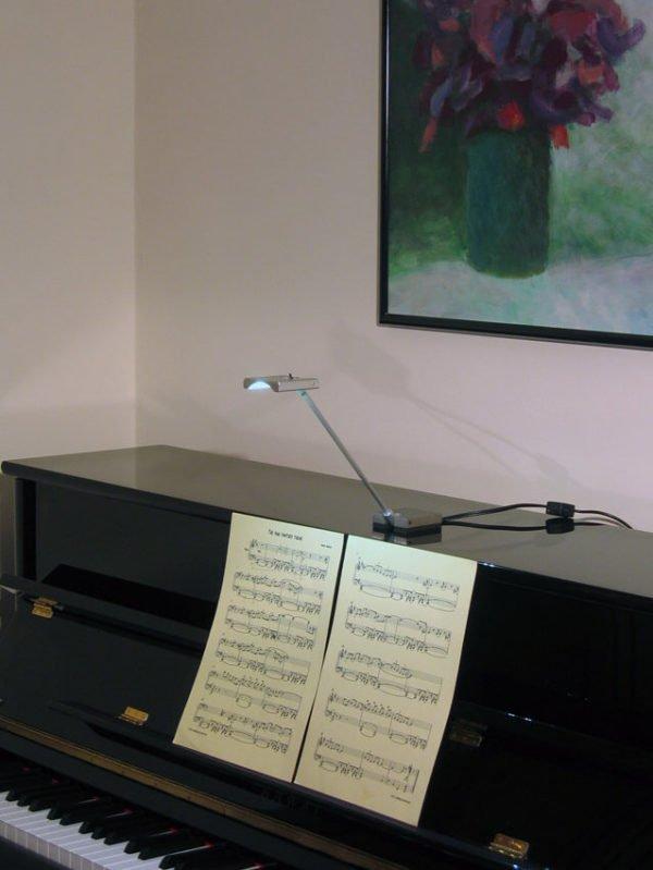 led leeslamp op piano die partituur verlicht