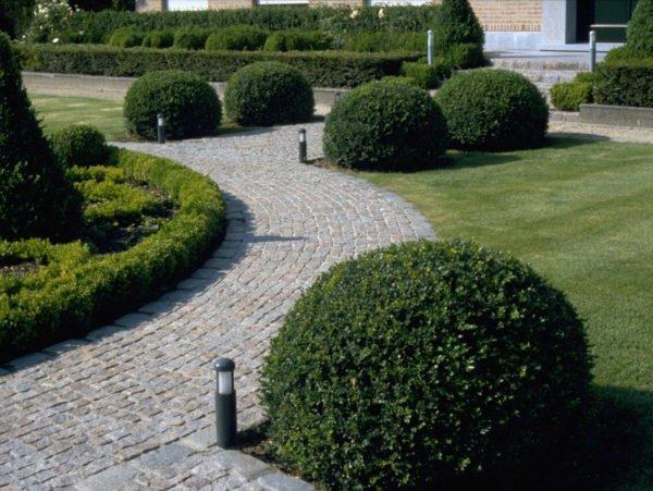 Siertuin en tuinpad met kasseien en buxus met tuinlampen van 31 cm hoogte donkergrijs