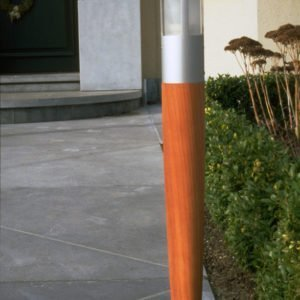 Tuinlamp hout 64 cm op tuinpad naar huisdeur