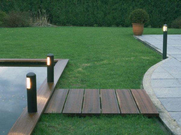 vijver met terras en tuinlampen