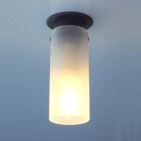 plafondlamp met zwarte bevestiging en één lichtpunt in opaal glas, opbouw